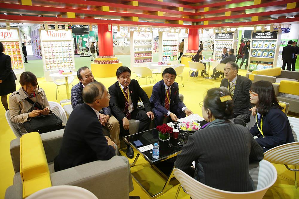 日本代表团参观展位并与企业代表交谈
